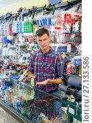 Купить «Salesman displayed variant of air weapon», фото № 27133586, снято 4 июля 2017 г. (c) Яков Филимонов / Фотобанк Лори