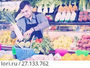 Купить «Male seller helping to choose», фото № 27133762, снято 18 марта 2017 г. (c) Яков Филимонов / Фотобанк Лори