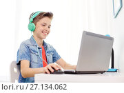 Купить «boy in headphones playing video game on laptop», фото № 27134062, снято 10 июня 2017 г. (c) Syda Productions / Фотобанк Лори