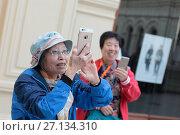 Москва, группа туристов из Азии в ГУМе (2017 год). Редакционное фото, фотограф Дмитрий Неумоин / Фотобанк Лори