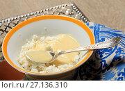 Купить «Творог со сгущенным молоком», фото № 27136310, снято 23 октября 2017 г. (c) Яна Королёва / Фотобанк Лори