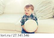 Купить «happy little baby boy with ball at home», фото № 27141546, снято 25 февраля 2016 г. (c) Syda Productions / Фотобанк Лори