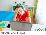 Купить «boy in headphones playing video game on laptop», фото № 27141822, снято 10 июня 2017 г. (c) Syda Productions / Фотобанк Лори