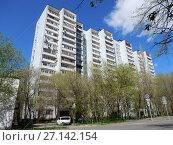 Купить «Шестнадцатиэтажный четырёхподъездный панельный жилой дом серии И-522А, построен в 1983 году. 7-я Парковая улица, 15 корпус 1. Район Измайлово. Город Москва», эксклюзивное фото № 27142154, снято 7 мая 2017 г. (c) lana1501 / Фотобанк Лори