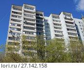 Купить «Шестнадцатиэтажный четырёхподъездный панельный жилой дом серии И-522А, построен в 1983 году. 7-я Парковая улица, 15 корпус 1. Район Измайлово. Город Москва», эксклюзивное фото № 27142158, снято 7 мая 2017 г. (c) lana1501 / Фотобанк Лори