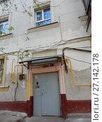 Купить «Подъезд пятиэтажного кирпичного жилого дома (построен в 1949 году). Измайловский бульвар, 22. Район Измайлово. Москва», эксклюзивное фото № 27142178, снято 7 мая 2017 г. (c) lana1501 / Фотобанк Лори