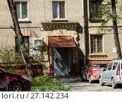 Купить «Подъезд пятиэтажного кирпичного жилого дома (построен в 1953 году). 6-я Парковая улица, 29а. Район Измайлово. Город Москва», эксклюзивное фото № 27142234, снято 7 мая 2017 г. (c) lana1501 / Фотобанк Лори