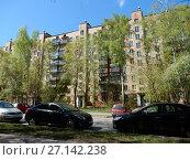 Девятиэтажный пятиподъездный кирпичный жилой дом серии II-29, построен в 1972 году. 6-я Парковая улица, 27. Район Измайлово. Город Москва (2017 год). Редакционное фото, фотограф lana1501 / Фотобанк Лори