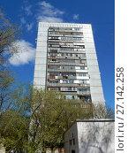 Купить «Семнадцатиэтажный одноподъездный панельный жилой дом серии КМС-101, построены в 1973 году. Измайловский бульвар, 16. Район Измайлово. Москва», эксклюзивное фото № 27142258, снято 7 мая 2017 г. (c) lana1501 / Фотобанк Лори