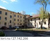Купить «Двух-трёхэтажный трёхподъездный кирпичный жилой дом, построен в 1951 году. 5-я Парковая улица, 32. Район Измайлово. Город Москва», эксклюзивное фото № 27142266, снято 7 мая 2017 г. (c) lana1501 / Фотобанк Лори