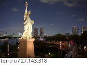 Купить «Подсвеченная статуя Свободы в ночное время. Уменьшенная копия на острове Одайба, Токио, Япония», фото № 27143318, снято 10 апреля 2013 г. (c) Кекяляйнен Андрей / Фотобанк Лори