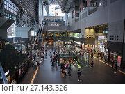 Интерьер многоуровневого зала станции Киото. Торговый центр и крупнейший транспортный узел. Япония (2013 год). Редакционное фото, фотограф Кекяляйнен Андрей / Фотобанк Лори