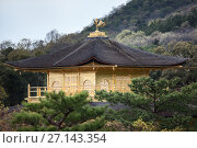 Купить «Китайский феникс на крыше Золотого павильона (Kinkaku-ji). Вид издалека. Киото, район Кита, Япония», фото № 27143354, снято 12 апреля 2013 г. (c) Кекяляйнен Андрей / Фотобанк Лори