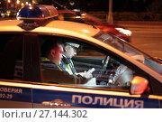 Купить «Полицейские составляют протокол», эксклюзивное фото № 27144302, снято 24 сентября 2017 г. (c) Дмитрий Неумоин / Фотобанк Лори