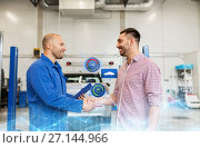 Купить «auto mechanic and man shaking hands at car shop», фото № 27144966, снято 1 июля 2016 г. (c) Syda Productions / Фотобанк Лори