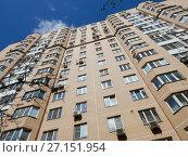Купить «Пятнадцатиэтажный двухподъездный монолитный жилой дом, построен в 2004 году. 1-я Прядильная улица, 10. Район Измайлово. Город Москва», эксклюзивное фото № 27151954, снято 7 мая 2017 г. (c) lana1501 / Фотобанк Лори