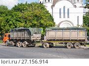 Купить «Мультилифт на шасси КамАЗ с прицепом-контейнеровозом», фото № 27156914, снято 1 июля 2016 г. (c) Алёшина Оксана / Фотобанк Лори
