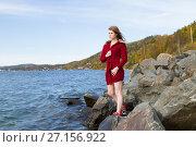 Купить «Молодая девушка стоит на берегу Байкала», фото № 27156922, снято 19 сентября 2017 г. (c) Момотюк Сергей / Фотобанк Лори