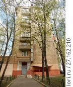 Купить «Восьмиэтажный кирпичный жилой дом серии П-29, построен в 1963 году. Первомайская улица, 8. Район Измайлово. Город Москва», эксклюзивное фото № 27162210, снято 7 мая 2017 г. (c) lana1501 / Фотобанк Лори