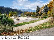 Осень в городском парке на берегу озера Милльштеттер (Millstätter See). Коммуна Милльштатт (Millstatt), Австрия (2017 год). Стоковое фото, фотограф Bala-Kate / Фотобанк Лори