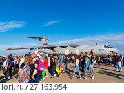 Купить «Zhukovsky, Russia - July 24. 2017. People against the background of an airplane il-76md 90a at international aerospace show MAKS 2017», фото № 27163954, снято 22 июля 2017 г. (c) Володина Ольга / Фотобанк Лори