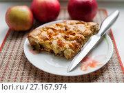 Купить «Кусочек пирога с яблоками и ножик на фоне зрелых яблок», эксклюзивное фото № 27167974, снято 9 октября 2017 г. (c) Игорь Низов / Фотобанк Лори
