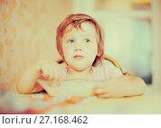 Купить «child himself eats from plate with spoon», фото № 27168462, снято 17 июля 2012 г. (c) Яков Филимонов / Фотобанк Лори