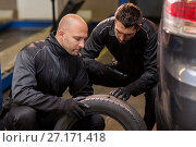 Купить «auto mechanics changing car tires at workshop», фото № 27171418, снято 21 сентября 2017 г. (c) Syda Productions / Фотобанк Лори