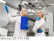 Купить «women technologists at ice cream factory», фото № 27171738, снято 17 июля 2017 г. (c) Syda Productions / Фотобанк Лори