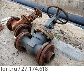 Купить «Старые демонтированные вентили системы отопления лежат возле траншеи», фото № 27174618, снято 22 июля 2017 г. (c) Вячеслав Палес / Фотобанк Лори