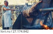 Купить «Cook roasting whole bull carcass on spit on Medieval Fiesta», видеоролик № 27174842, снято 2 сентября 2017 г. (c) Яков Филимонов / Фотобанк Лори