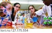 Schoolkids experimenting chemical in laboratory 4k. Стоковое видео, агентство Wavebreak Media / Фотобанк Лори