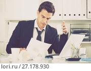 Купить «Tired man working in hot office», фото № 27178930, снято 20 апреля 2017 г. (c) Яков Филимонов / Фотобанк Лори