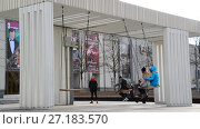 Купить «Moscow, Russia - November 2. 2017. People ride on swing in Triumph Square», видеоролик № 27183570, снято 2 ноября 2017 г. (c) Володина Ольга / Фотобанк Лори
