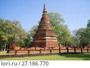 Чеди на руинах старинного буддистского храма Wat Phra That. Кампаенг Пхет, Таиланд (2016 год). Стоковое фото, фотограф Виктор Карасев / Фотобанк Лори