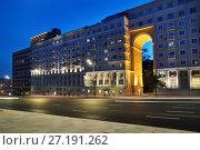 Купить «Москва, улица Земляной Вал, дом 48а вечером», эксклюзивное фото № 27191262, снято 9 сентября 2017 г. (c) Dmitry29 / Фотобанк Лори