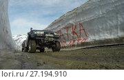 Купить «Внедорожник едет по горной дороге в снежном тоннеле», видеоролик № 27194910, снято 20 июня 2017 г. (c) А. А. Пирагис / Фотобанк Лори