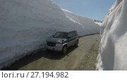 Купить «Автомобиль по горной дороге в снежном тоннеле», видеоролик № 27194982, снято 20 июня 2017 г. (c) А. А. Пирагис / Фотобанк Лори