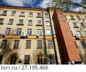 Купить «Пятиэтажный кирпичный дом, построен в 1951 году. 1-я Парковая улица, 7. Район Измайлово. Москва», эксклюзивное фото № 27195466, снято 6 мая 2017 г. (c) lana1501 / Фотобанк Лори