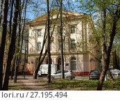 Купить «Трёхэтажный двухподъездный кирпичный жилой дом (построен в 1950 году). Измайловский проспект, 49. Район Измайлово. Москва», эксклюзивное фото № 27195494, снято 6 мая 2017 г. (c) lana1501 / Фотобанк Лори
