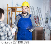 Купить «Professional constructor with spatula is clarifying details from client», фото № 27198398, снято 3 июня 2017 г. (c) Яков Филимонов / Фотобанк Лори