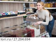 Купить «Blond woman choosing cereals», фото № 27204694, снято 19 апреля 2019 г. (c) Яков Филимонов / Фотобанк Лори