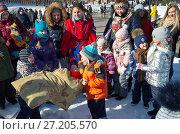 Купить «Москва. Народные гулянья на празднике Масленицы в Царицыне, 2017 г. Традиционный бой подушками», эксклюзивное фото № 27205570, снято 26 февраля 2017 г. (c) Елена Коромыслова / Фотобанк Лори