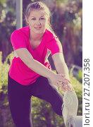 Купить «Adult female in pink T-shirt is jdoing workout», фото № 27207358, снято 10 июня 2017 г. (c) Яков Филимонов / Фотобанк Лори