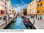 Купить «Canal in Venice, Italy», фото № 27213878, снято 19 апреля 2017 г. (c) Наталья Волкова / Фотобанк Лори