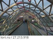 Пешеходный мост Мира на реке Кура в Тбилиси. Грузия (2017 год). Редакционное фото, фотограф Алексей Гусев / Фотобанк Лори