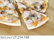 Купить «Пицца ассорти на деревянной доске», фото № 27214198, снято 18 ноября 2017 г. (c) Елена Коромыслова / Фотобанк Лори