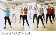 Купить «Portrait of fitness people dancing aerobics in dance class», видеоролик № 27214634, снято 23 октября 2017 г. (c) Яков Филимонов / Фотобанк Лори
