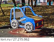 Детская площадка во дворе городского дома. Стоковое фото, фотограф Иван Орехов / Фотобанк Лори