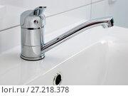 Купить «Современный смеситель для ванной комнаты крупным планом», фото № 27218378, снято 18 ноября 2017 г. (c) V.Ivantsov / Фотобанк Лори